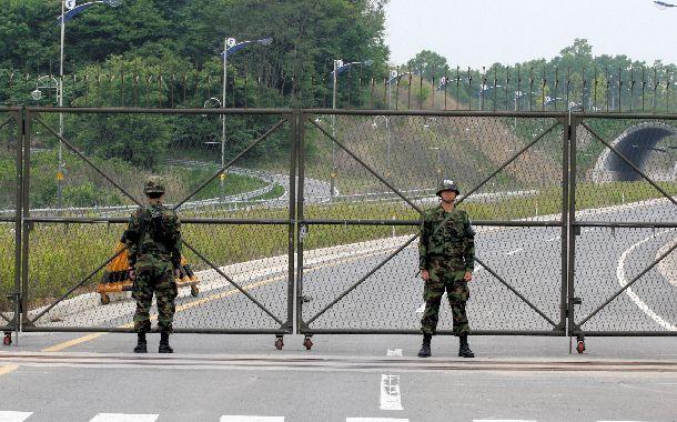 フェンスの向こう側は非武装地帯(DMZ)。警備は厳重だ=韓国北西部で