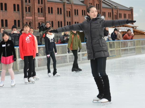 子どもたちにスケートを教える荒川静香さん=横浜市中区