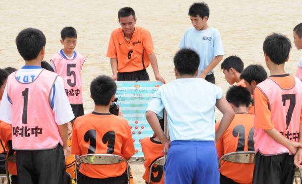 試合のハーフタイムに選手同士で話し合う長崎県時津町鳴北中サッカー部