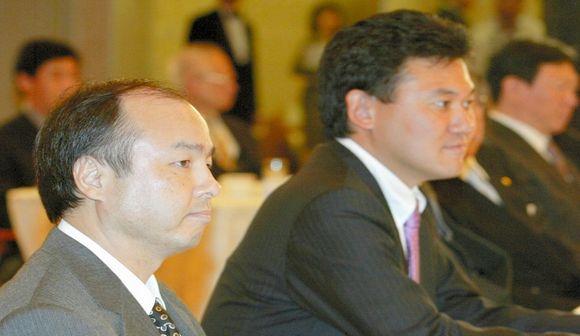 写真・図版 : 楽天・三木谷氏は先駆者のソフトバンク・孫氏を常に追ってきた=2005年、東京都内であったプロ野球オーナー会議で
