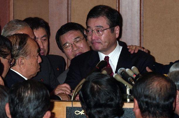 自民党の加藤紘一元幹事長による「加藤の乱」。反主流派の合同総会に出席した加藤氏は、国会に行き森喜朗内閣不信任案に賛成票を投じると発言し、議員から押しとどめられて涙を浮かべた=2000年11月20日、東京都港区のホテル