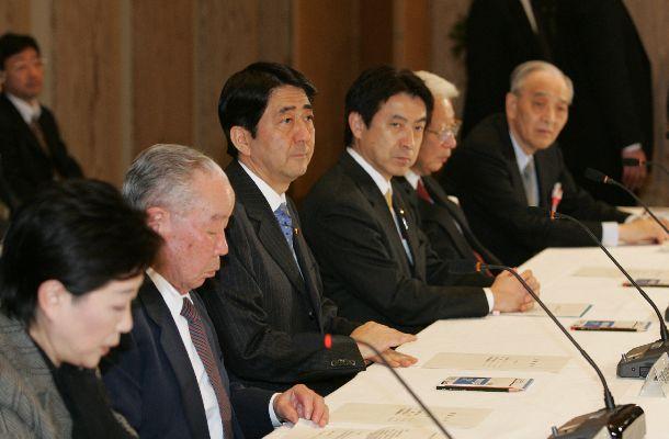 日本版NSC(国家安全保障会議)発足に向けた官邸機能強化会議に座長として臨む石原信雄氏(左から2人目)。右隣は安倍晋三首相=2007年2月8日、首相官邸