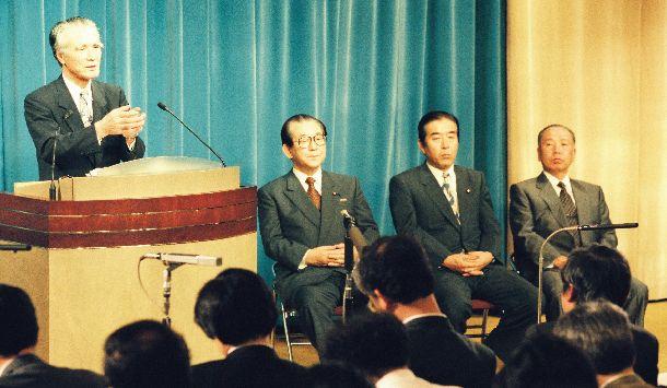 就任後初めての村山富市首相の記者会見に同席する園田博之官房副長官(右から2人目)と石原信雄官房副長官(右端)=1994年7月1日
