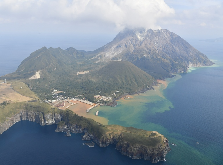 写真・図版 : 薩摩硫黄島は、鬼界カルデラの外輪山の一部=2018年1月14日、日吉健吾撮影