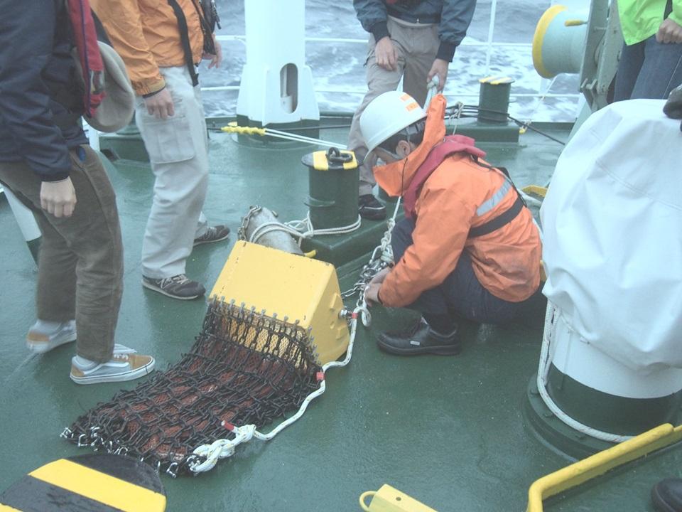 写真・図版 : 鬼界カルデラの調査を行う神戸大の深江丸=神戸大提供