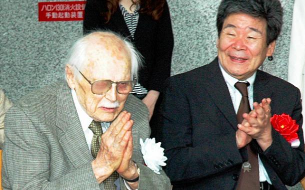 写真・図版 : フレデリック・バック(左)と=2011年7月、東京都現代美術館のバック展で