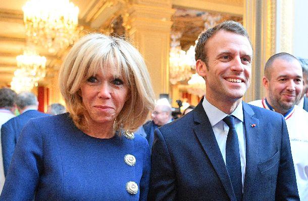 写真・図版 : マクロン仏大統領とブリジッド夫人=2018年4月27日、パリ・エリゼ宮(AP)