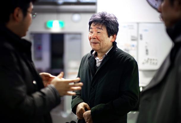 「かぐや姫の物語」を制作したスタジオでスタッフと談笑=東京都小金井市 2013年