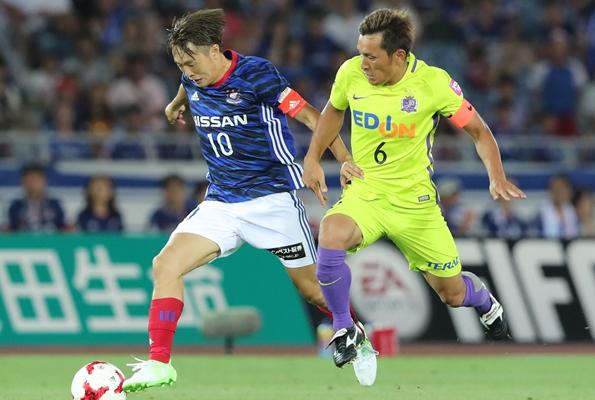 横浜戦で斎藤(左)と中盤で激しく競り合う広島・青山。3年ぶりに日本代表に復帰した=2017年7月8日、日産スタジアム