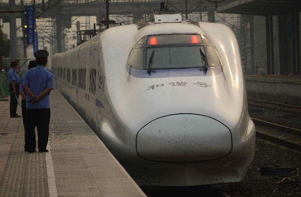 東北新幹線はやてをベースに中国で生産した型の「和諧号」=2011年5月、山東省済南東駅、吉岡桂子撮影