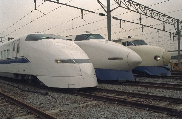 1992年3月14日から東海道新幹線東京―新大阪を2時間半で走り始めた「のぞみ」(左端)。開業以来親しまれた「ひかり」(右、中)に新型車両として加わり、流線形が話題を集めた=1992年2月14日、東京・品川のJR東海・東京第2車両所で。