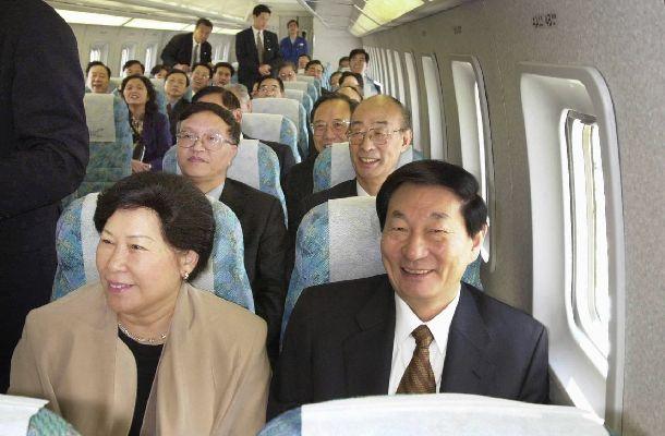 来日時にリニアモーターカーに試乗した中国の朱鎔基・元首相。中国政府から日本政府に対して、北京郊外でリニアの共同開発も持ちかけられていた=2000年10月16日、山梨県、代表撮影(日本経済新聞社)