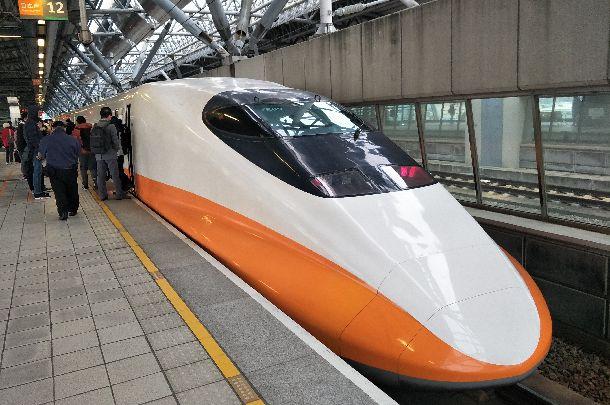 台湾の南北を1時間半ほどで結ぶ高速鉄道。人々の足として定着し、航空便はほぼ姿を消した=2018年1月29日、台湾・台中駅、吉岡桂子撮影