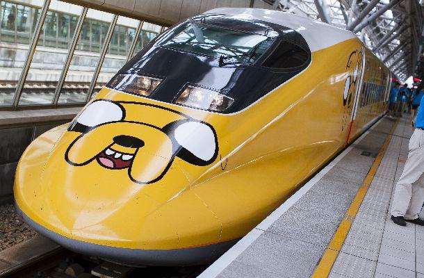 東海道・山陽新幹線700系をもとに開発された台湾の高速鉄道(700T)。2013年7月から14年9月まで、特別仕様のキャラクター列車も走っていた=2013年7月21日、台湾高速鉄路提供