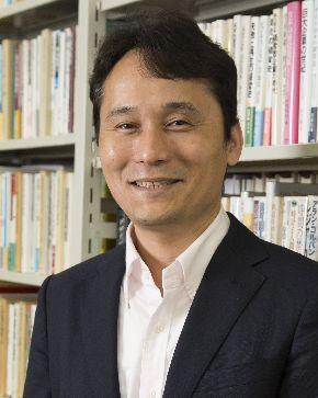 中村尚史・東京大学教授。著書『海をわたる機関車』は、島秀雄記念優秀著作賞(2017年)を受賞した。島氏は戦前は親子で弾丸列車計画に、戦後は新幹線の開発に携わった旧国鉄の技術者=2015年6月16日、東京大学、中村氏提供