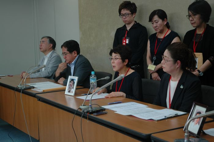 写真・図版 : NHK記者だった娘が過労死した佐戸恵美子さん(前列右から2人目)は会見で「『スーパー裁量労働制』となる高プロの導入には断固反対」と述べた=東京・霞が関の厚生労働省