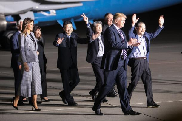 北朝鮮から解放されて帰国し、喜びを体で表す牧師のキム・ドンチョル氏(右端)、平壌科学技術大運営関係者のキム・ハクソン氏(右から4人目)、同大教授のキム・サンドク氏(右から5番目)。トランプ大統領らが出迎えた=2018年5月10日、米ワシントン郊外のアンドルーズ空軍基地、ランハム裕子撮影