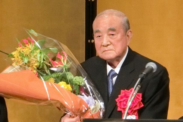 「白寿を祝う会」で花束を受け取る中曽根康弘元首相=東京・永田町のホテル