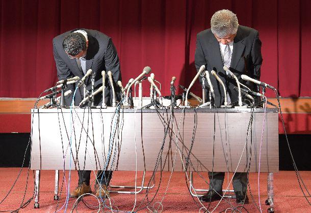 会見で謝罪する日大アメフト部の内田正人・前監督(右)と井上奨・前コーチ=2018年5月23日