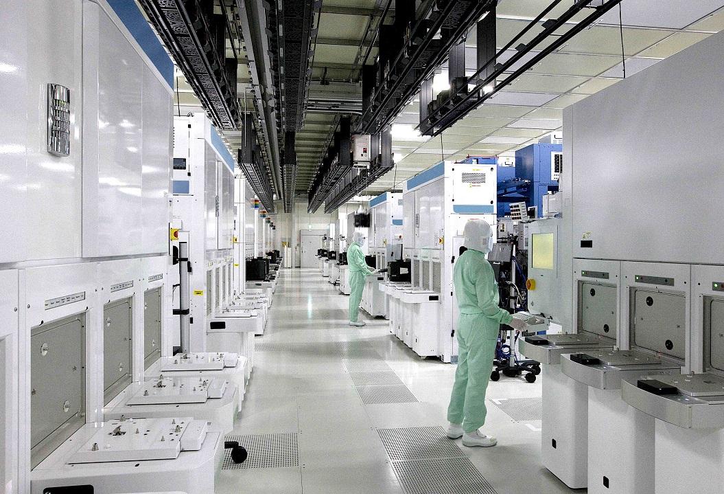 写真・図版 : 東芝メモリ四日市工場のクリーンルーム。ここで半導体製造は行われる=三重県四日市市、東芝提供