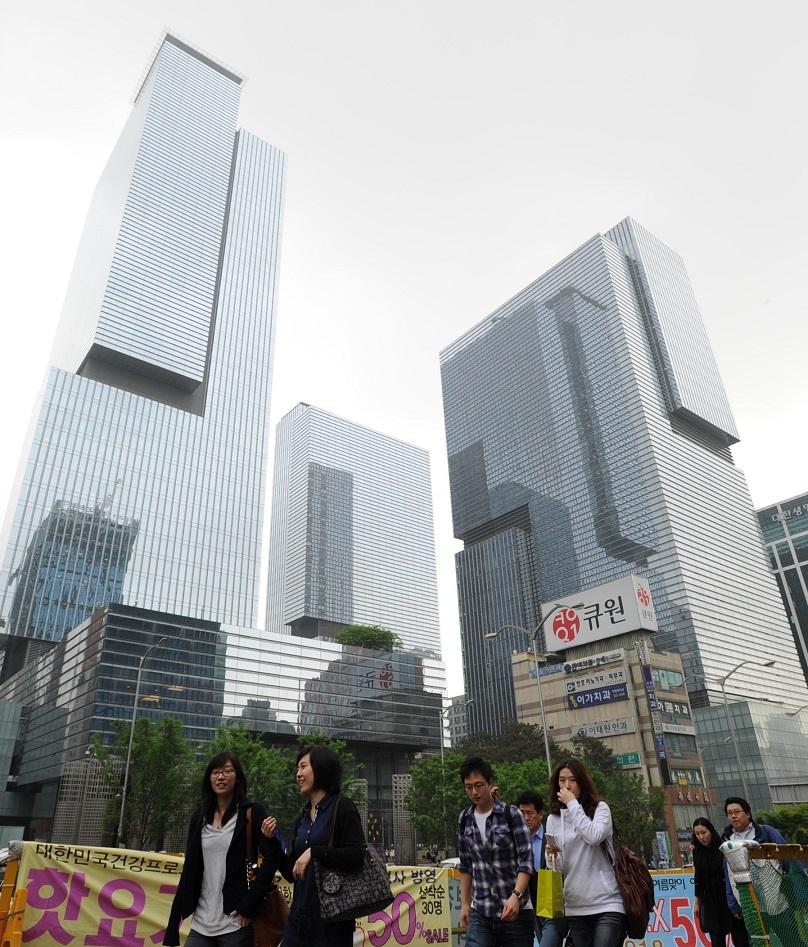 写真・図版 : ソウルの一等地・江南地区にそびえるサムスン本社ビル群(3棟とも)。一帯は「サムスン・タウン」と呼ばれる=2010年5月25日
