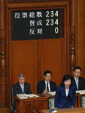 参院本会議で男女共同参画推進法が可決、成立し、頭を下げる野田聖子総務相兼男女共同参画担当相(手前)=2018年5月16日