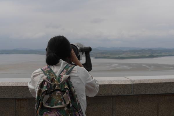 展望台から川の向こう岸の北朝鮮を眺める。