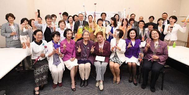 候補者男女均等法が成立し、記念写真に納まる超党派の議員と女性団体のメンバーら=2018年5月16日午後、東京・永田町の衆院第1議員会館