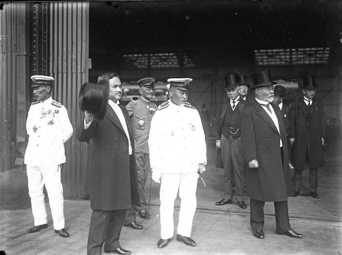 1921年、訪欧から帰国した皇太子(東宮時代の昭和天皇)を出迎える原敬内閣の閣僚。左から加藤友三郎海相、内田康哉外相、一人おいて東郷平八郎元帥、原敬首相、高橋是清蔵相ら