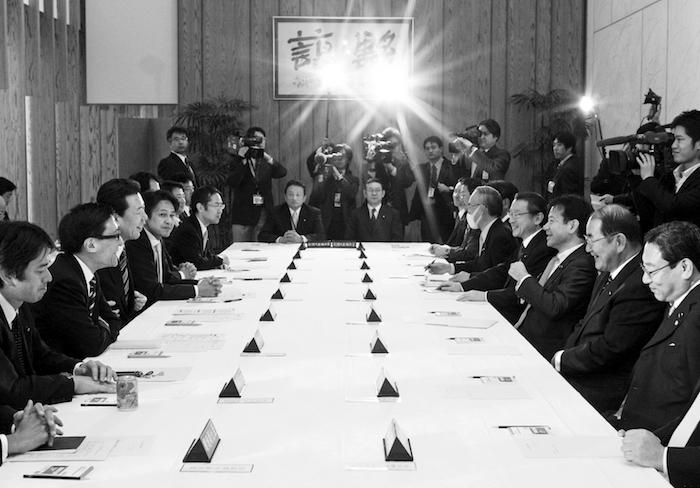 写真・図版 : 民主党政権時、首相官邸で開かれる副大臣会議。事務次官会議の廃止で存在感が増した=2010年1月7日