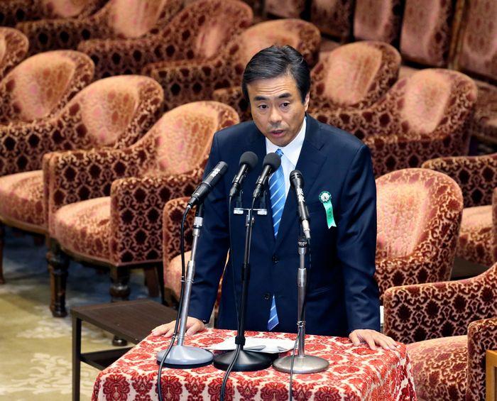写真・図版 : 衆院予算委員会で答弁する柳瀬唯夫・元首相秘書官=5月10日