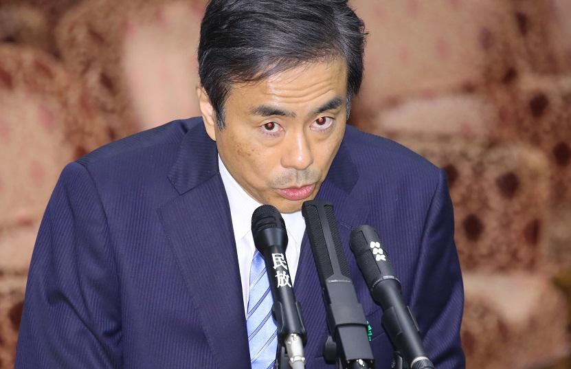 写真・図版 : 参院予算委で質問に答える柳瀬唯夫・元首相秘書官=2018年5月10日