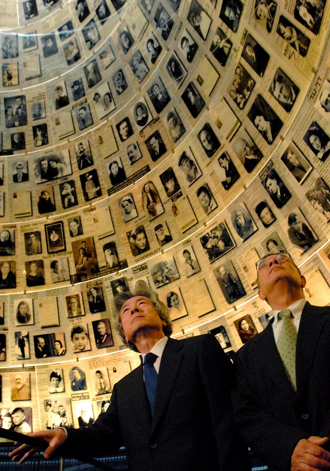 写真・図版 : ナチス・ドイツによるユダヤ人大量虐殺(ホロコースト)の遺品などを展示する国立の記念館「ヤド・バシェム」を訪れた小泉純一郎首相=2006年7月12日、エルサレム