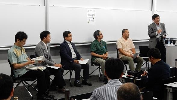写真・図版 : シンポジウムのパネル討論。壇上の右から3人目が筆者=米山正寛撮影