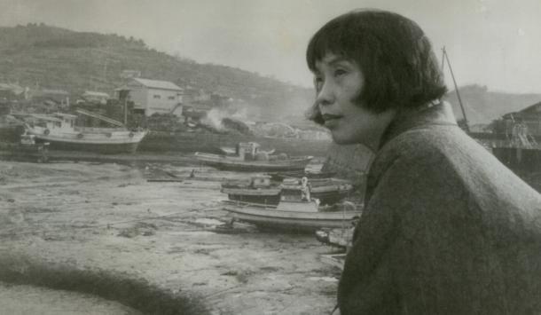 『苦海浄土わが水俣病』を世に出してまもないころの石牟礼道子(1968年3月撮影)。水俣市の百間港で