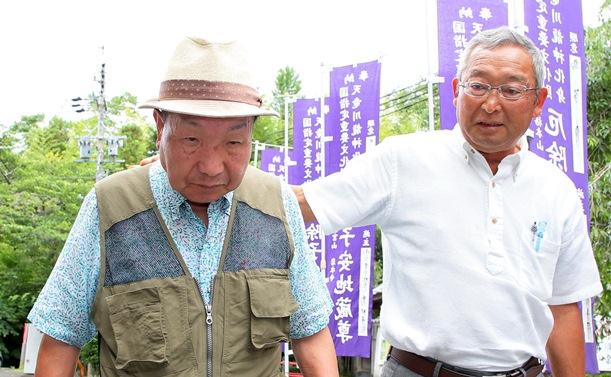 散歩中に「再審開始決定取り消し」の知らせを支援者から聞かされる袴田巌さん(左)=2018年6月11日、浜松市北区、代表撮影