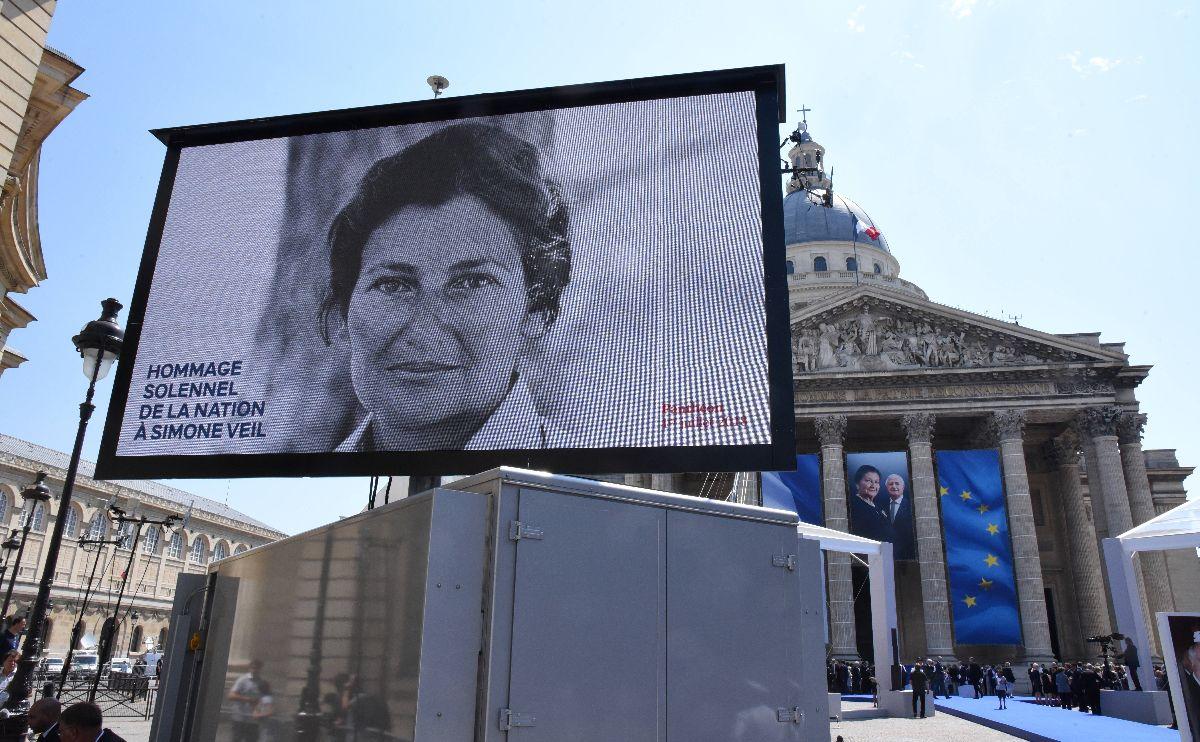 写真・図版 : シモーヌ・ヴェイユのパンテオン入りの式典。棺が運び込まれ後、マクロン大統領がスピーチをした=2018年7月1日(AP)