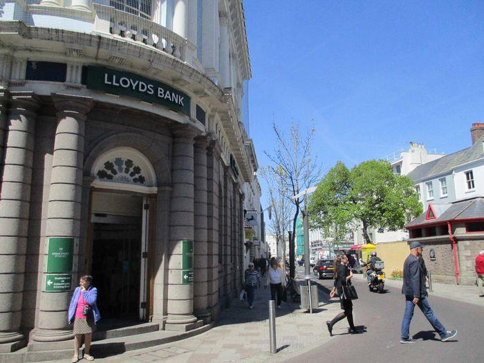写真・図版 : 欧州の「租税回避地」になっている英王室属領のジャージー島の中心部には、銀行や会計事務所など金融サービスを提供する企業が並ぶ