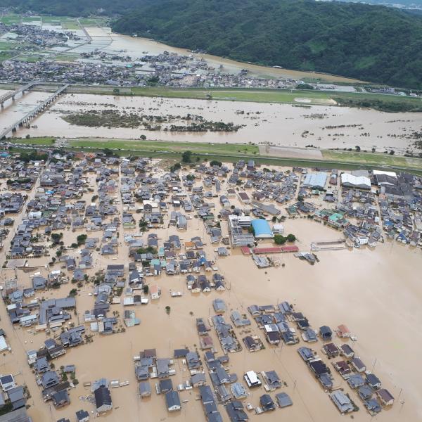 写真・図版 : 泥水につかった倉敷市真備町=8日、朝日新聞社ヘリから