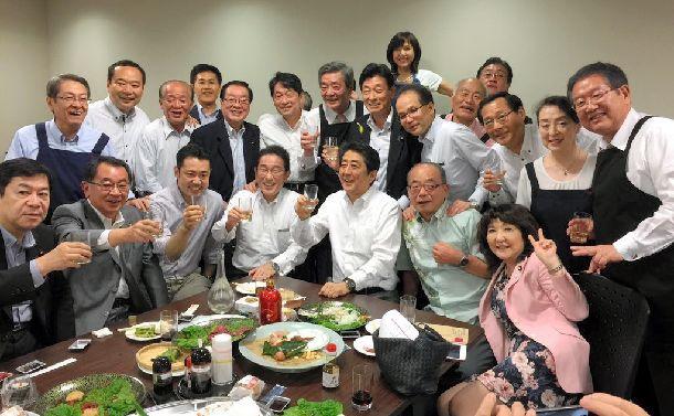 7月5日夜、安倍晋三首相(中央)らが参加した懇親会「赤坂自民亭」の集合写真=西村康稔官房副長官のツイッターから